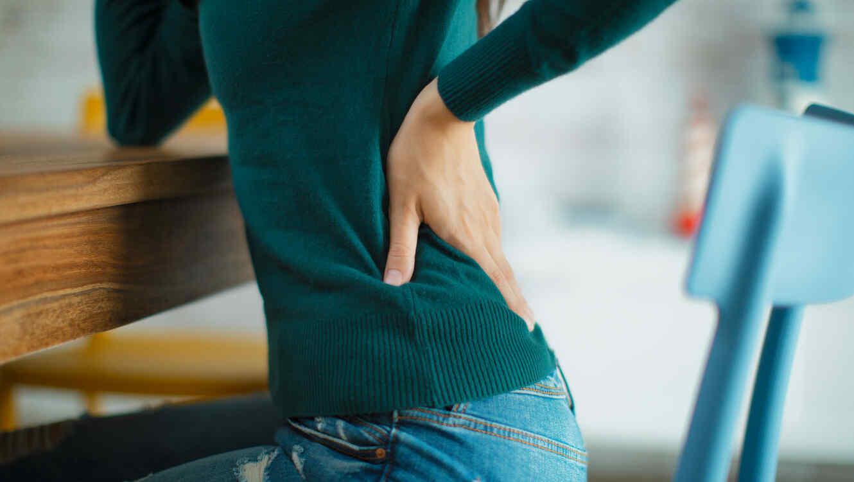 Mujer con dolor despalda