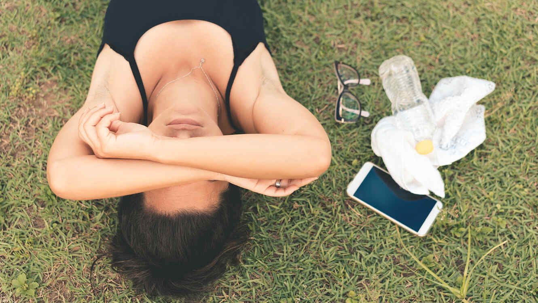 Mujer tirada en el pasto