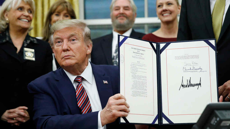 Donald Trump firma ley de crueldad animal