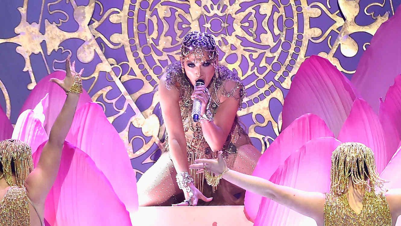 "2292f597b5fa Jennifer Lopez estrenó a nivel mundial ""El anillo"" en Premios ..."