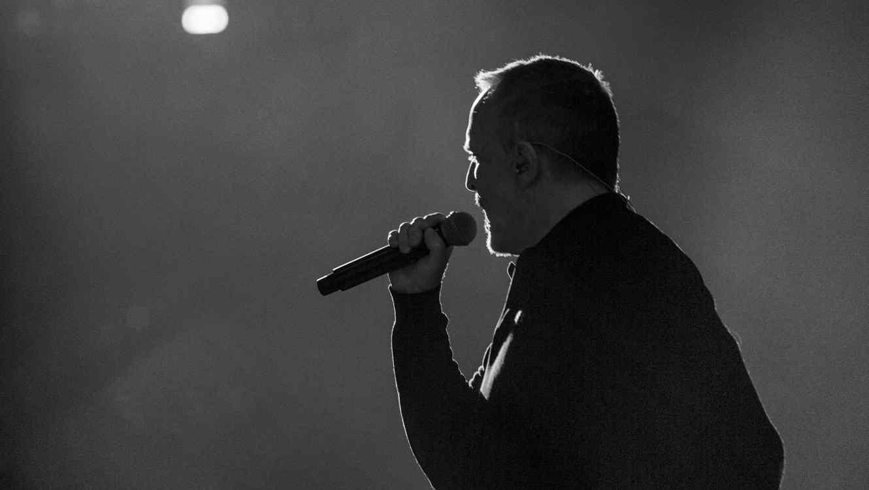 Miguel Bosé en el escenario ensayos Premios Tu Mundo 2017