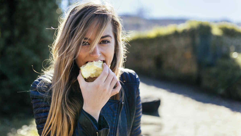 Además de vitaminas, la manzana contiene más de 100 millones de bacterias