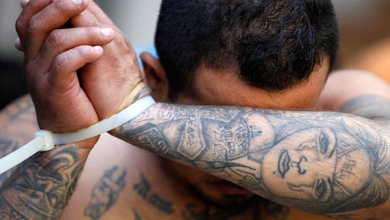 Hombre pandillero arrestado en El Salvador