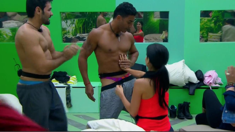 Pedro y Rafael de Gran Hermano haciendo striptease