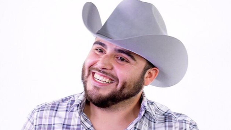 Gerardo Ortiz con camisa blanca a cuadros