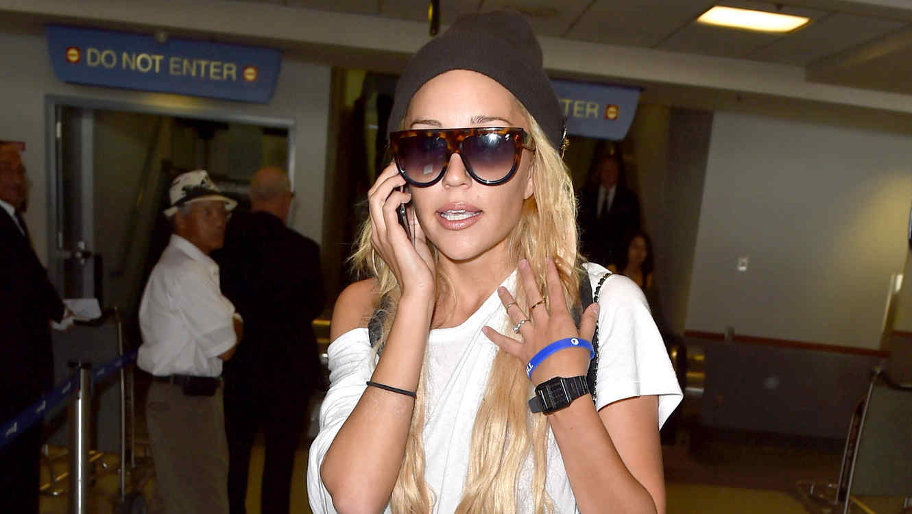 Amanda Bynes arrives at LAX after accusing her father of sexual abuse - Part 2
