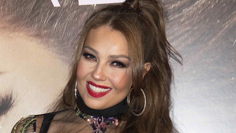 Thalía sonríe para la cámara