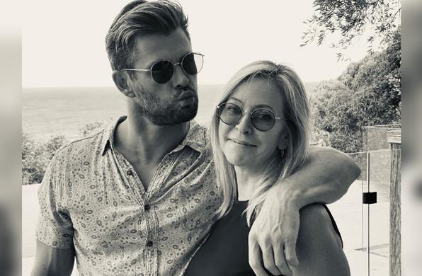 Chris Hemsworth con su mamá