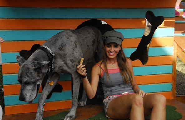 Andrea Minski y el perro, Scooby, en SOS Salva Mi Casa