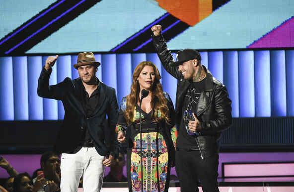 """Nicky Jam recibió el premio """"Espíritu Guerrero"""" en Premios tu Mundo 2015"""
