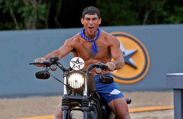 Kelvin sonríe subido en su motocicleta