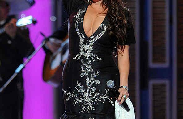 Jenni Rivera vestido con adornos mexicanos