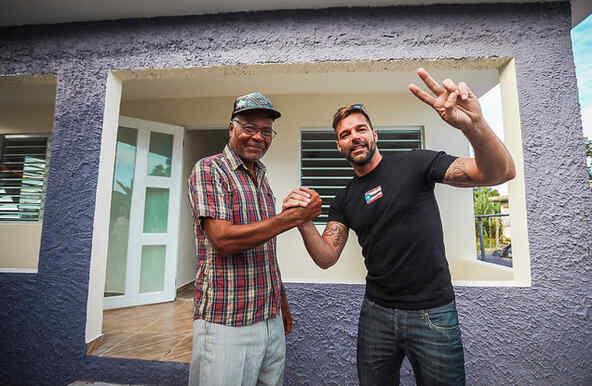 Ricky Martin entrega las llaves de las casas reconstruidas a las familias que quedaron sin hogar por los huracanes de Puerto Rico