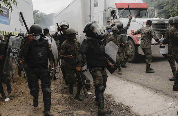 Policía dispersa caravana migrante en Guatemala