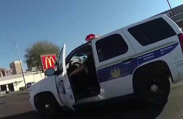 Policía desciende de su patrulla en un tiroteo en Arizona