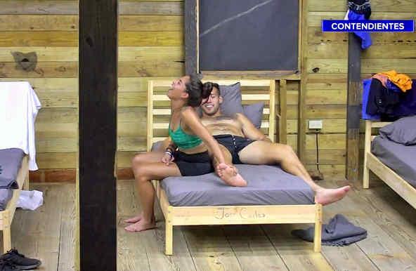 Denisse se ríe con Tavo en la Cabaña