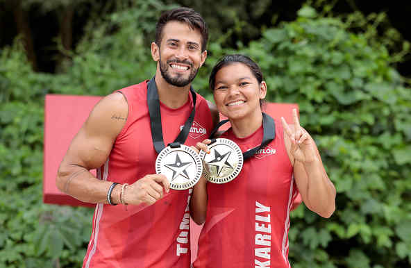 Tommy y Karely presumen sus medallas