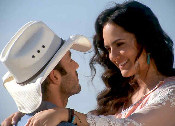 Ana Lorena Sánchez y Aarón Díaz sonriéndose en Tierra de Reyes