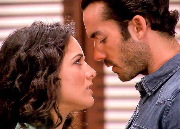 Ana Lorena Sánchez y Aarón Díaz a punto de besarse en Tierra de Reyes