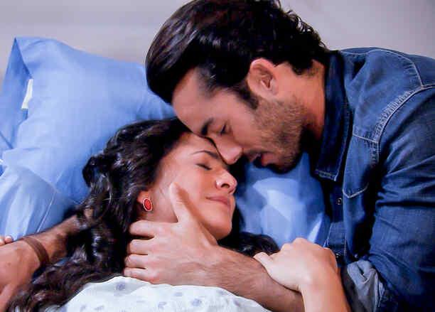 Ana Lorena Sánchez y Aarón Díaz abrazados en Tierra de Reyes