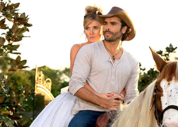 Kimberly Dos Ramos y Gonzalo García Vivanco a caballo en Tierra de Reyes