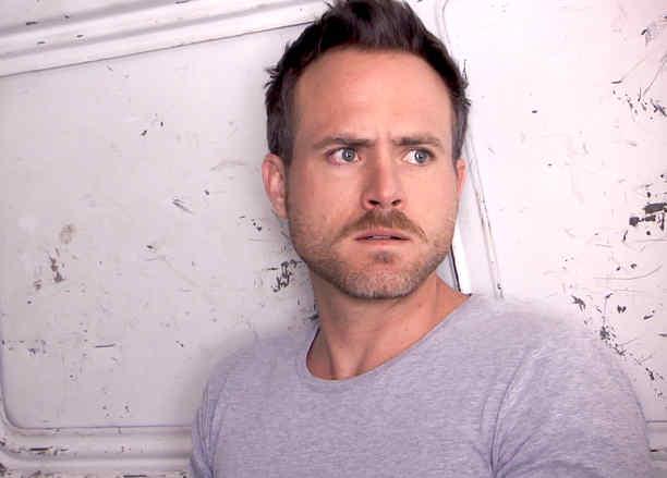 Erick Hayser asustado en Los Miserables