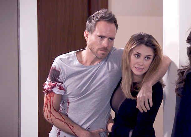 Aracely Arámbula rescata a Erik Hayser herido en Los Miserables