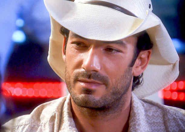 Aarón Díaz con sombrero blanco y sonriendo en Tierra de Reyes