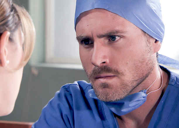 Erik Hayser vestido de médico en Los Miserables