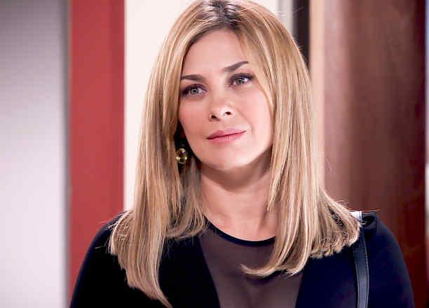Aracely Arámbula vestida de negro con el cabello suelto en Los Miserables