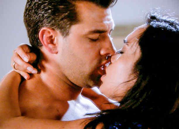 Christian de la Campa y Scarlet Gruber besándose en Tierra de Reyes