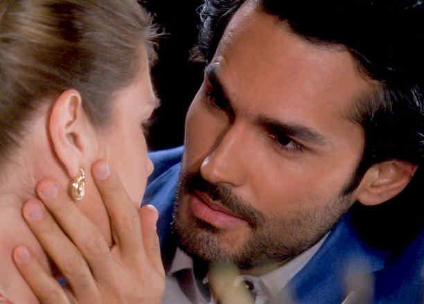 Fabián Ríos a punto de besar a Sonya Smith en Tierra de Reyes