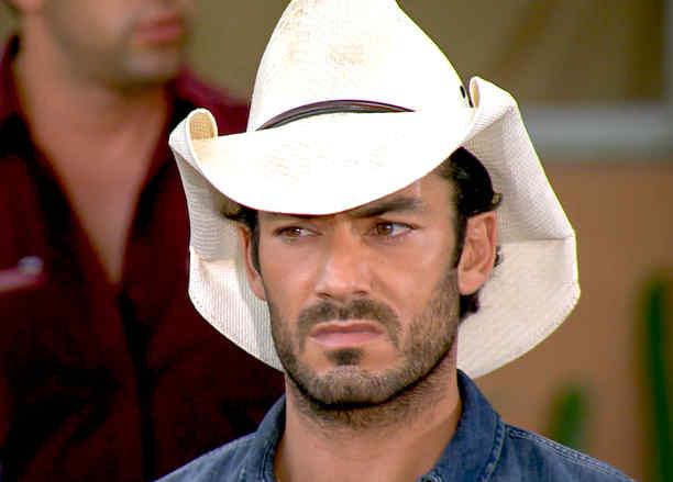 Aarón Díaz serio con sombrero blanco en Tierra de Reyes