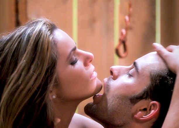 Isabella Castillo y Gabriel Rossi haciendo el amor en Tierra de Reyes