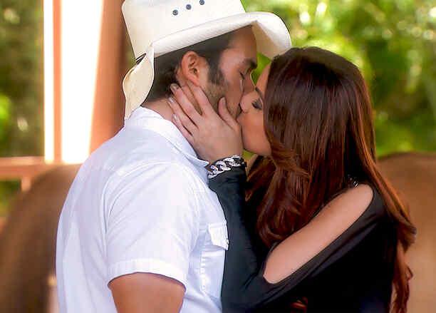 Aarón Díaz y Cynthia Olavarría besándose en Tierra de Reyes