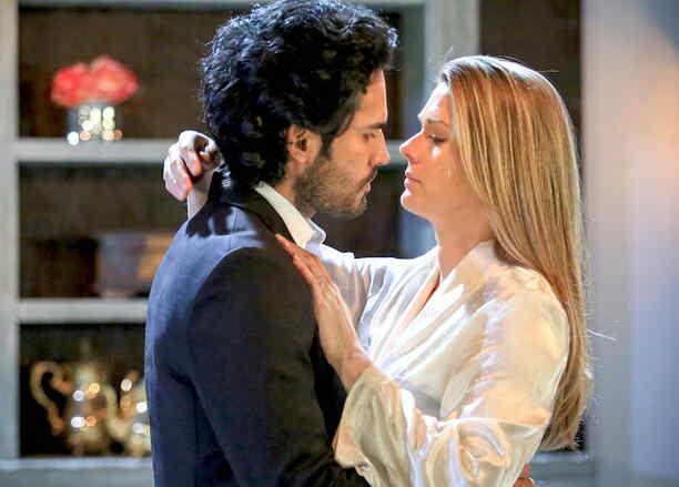 Fabián Ríos y Sonya Smith besándose en Tierra de Reyes