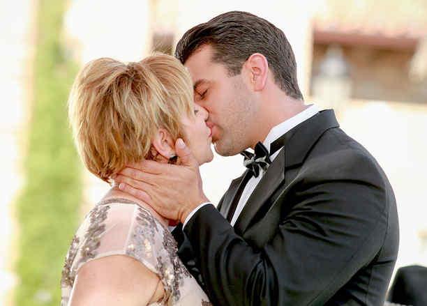 Christian de la Campa y Diana Quijano besándose en su boda en Tierra de Reyes