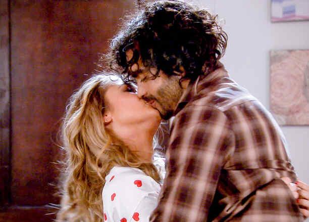 Kimberly Dos Ramos y Gonzalo García Vivanco besándose en Tierra de Reyes