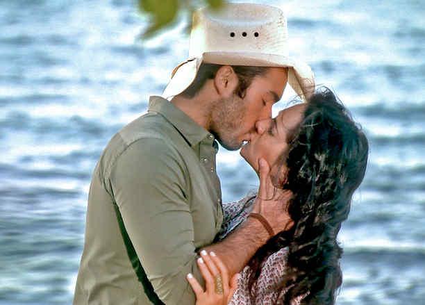 Aarón Díaz y Ana Lorena Sánchez besándose en Tierra de Reyes