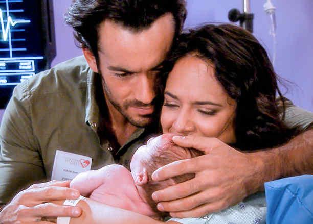 Aarón Díaz y Ana Lorena Sanchez con un bebé en Tierra de Reyes