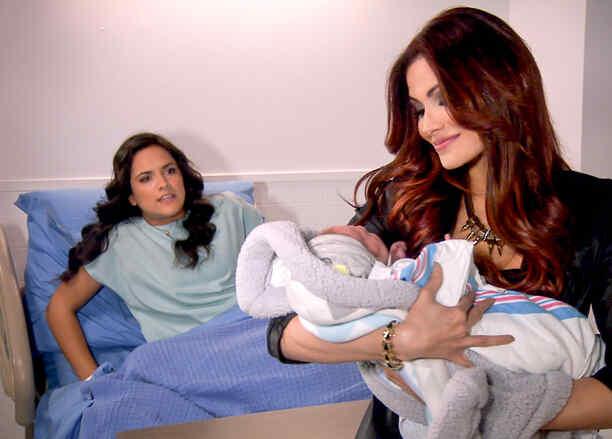 Ana Lorena Sanchez y Cynthia Olavarria cargando un bebé en Tierra de Reyes