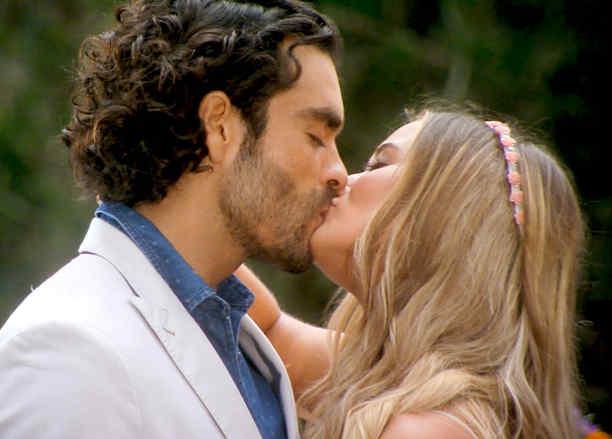 Gonzalo García Vivanco y Kimberly Dos Ramos besándose en Tierra de Reyes