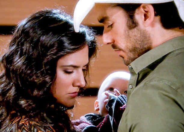Ana Lorena Sánchez, Aarón Díaz y un bebé en Tierra de Reyes