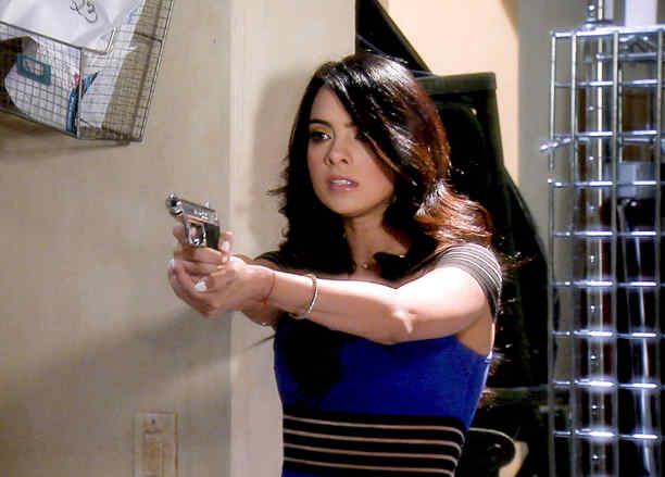 Scarlet Gruber apuntando una pistola en Tierra de Reyes