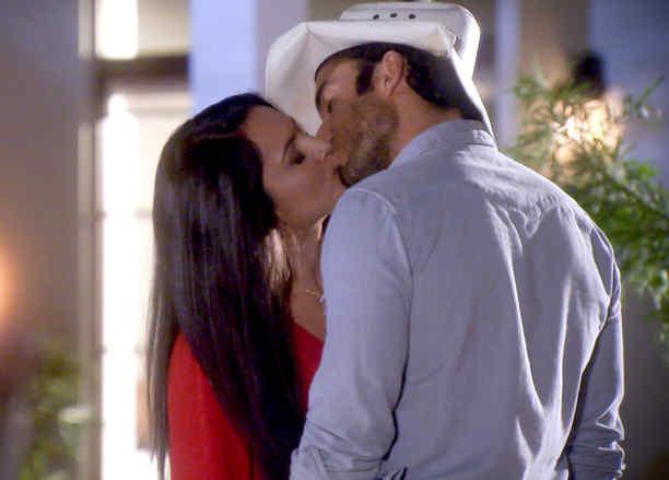 Ana Lorena Sánchez y Aarón Díaz besándose en Tierra de Reyes