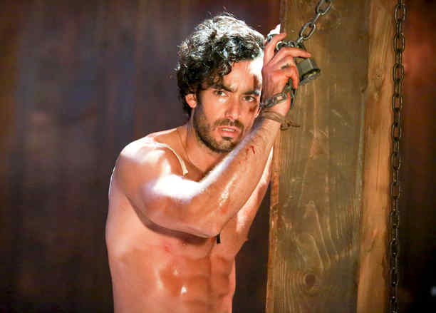 Aarón Díaz sin camisa y encadenado en Tierra de Reyes