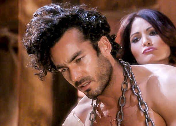 Aarón Díaz encadenado y Cynthia Olavarría con lástima en Tierra de Reyes