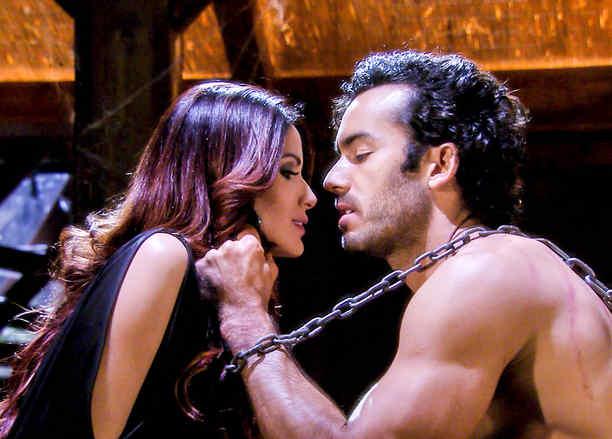 Aarón Díaz encadenado y seduciendo a Cynthia Olavarría en Tierra de Reyes