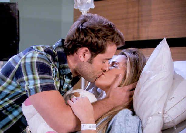 Gabriel Rossi e Isabella Castillo besándose en Tierra de Reyes