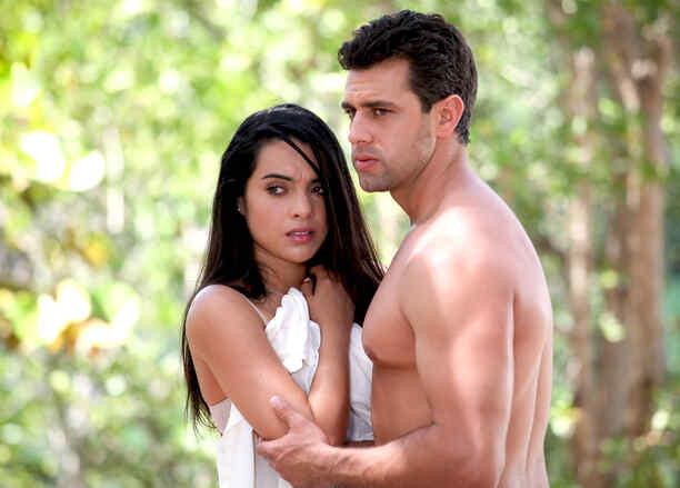 Scarlet Gruber y Christian de la Campa sin camisa y asustados en Tierra de Reyes